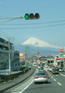伊豆の町中から見る富士